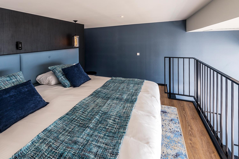 loftkamer, vloerkleed onder bed